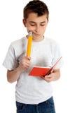 Kind met notitieboekje en potlood stock afbeeldingen