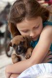 Kind met puppyhond Stock Afbeeldingen