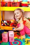 Kind met raadsel en blok in spelruimte. Stock Foto