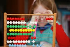 Meisje en wiskundig probleem Stock Fotografie