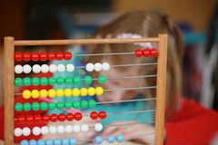 Meisje en wiskundig probleem Stock Foto's