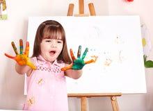 Kind met schildersezel in kleuterschool. Royalty-vrije Stock Fotografie