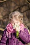 Kind met sneeuwklokjebloemen royalty-vrije stock foto