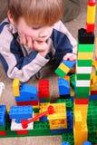 Kind met stuk speelgoed blokken Stock Foto's