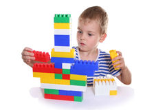Kind met stuk speelgoed blokken royalty-vrije stock afbeeldingen