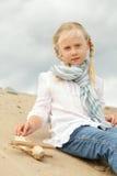 Kind met stuk speelgoed in openlucht Stock Afbeeldingen