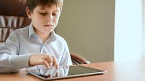 Kind met tabletcomputer stock footage