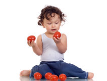 Kind met tomaat. Stock Afbeelding