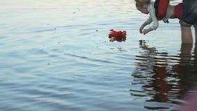 Kind met vader gezette lelie in het water stock footage