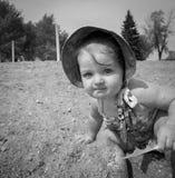 Kind met veer op strand Stock Foto's