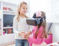 Kind met virtuele werkelijkheidshoofdtelefoon Royalty-vrije Stock Fotografie