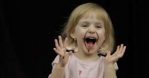 Kind met vuil gezicht van het gesmolten chocolade en slagroom glimlachen stock video