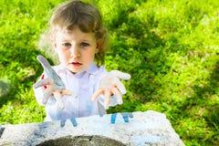 Kind met vuil handenkrijt Stock Foto