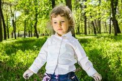 Kind met vuil handenkrijt Stock Foto's