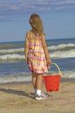 Kind met zandemmer bij strand royalty-vrije stock afbeeldingen