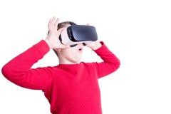 Kind met zijn virtuele werkelijkheidsglazen dat wordt gefascineerd royalty-vrije stock afbeeldingen