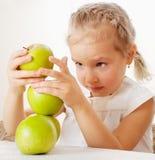 Kind mit Äpfeln Stockbilder