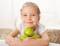 Kind mit Äpfeln Lizenzfreie Stockbilder