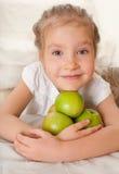 Kind mit Äpfeln Lizenzfreie Stockfotografie