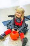 Kind mit €™Lantern Korbsitzen Halloween-Kürbis Jack Oâs lizenzfreie stockfotos