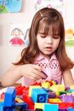 Kind mit Aufbau stellte in Spielraum ein. Stockfotos