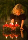 Kind mit Aufkommen Wreath Stockfotografie