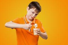 Kind mit Ausdruckgesicht isst Eiscreme Stockbild