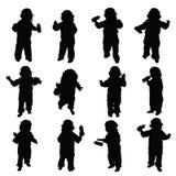 Kind mit Babyflaschenvektor im Schwarzen Lizenzfreie Stockfotos