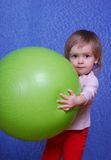 Kind mit Ball, Porträt auf einem blauen Hintergrund Lizenzfreies Stockfoto