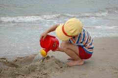Kind mit Bewässerungsdose Lizenzfreies Stockfoto