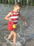 Kind mit Bewässerungsdose Lizenzfreie Stockfotos