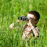 Kind mit binokularem Lizenzfreie Stockfotos