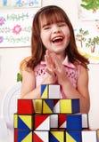 Kind mit Block im Spielraum. Stockbilder