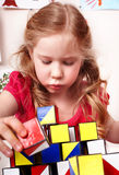 Kind mit Block im Spielraum. Lizenzfreie Stockfotos