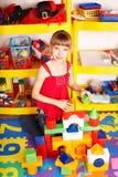 Kind mit Block- und Aufbauset. Stockfotografie