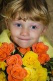 Kind mit Blumen Stockfotos