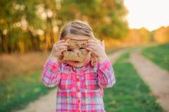 Kind mit Brot Stockfoto
