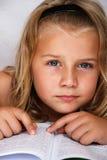 Kind mit Buch stockfotografie