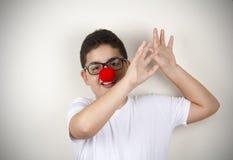 Kind mit Clown Nose und Gläsern Lizenzfreies Stockfoto