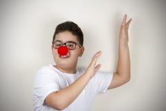 Kind mit Clown Nose und Gläsern Lizenzfreies Stockbild