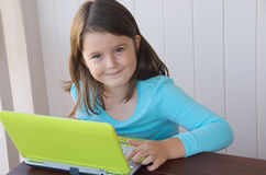 Kind mit Computer Stockbild