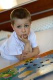 Kind mit dem Buch geöffnet Stockfotografie