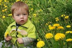 Kind mit dem Löwenzahn Lizenzfreie Stockfotografie