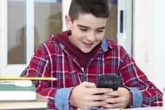 Kind mit dem Mobiltelefon Lizenzfreies Stockbild