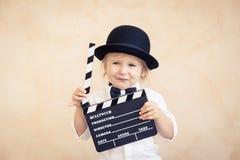 Kind mit dem Scharnierventilbrett, das zu Hause spielt stockfoto