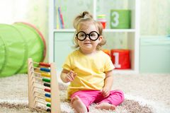 Kind mit den Brillen, die Abakus spielen Lizenzfreie Stockfotos