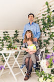 Kind mit den Eltern, die Geburtstag feiern Glückliche Familie, die zusammen Geburtstag feiert lizenzfreie stockfotos