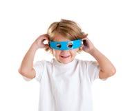 Kind mit den futuristischen lustigen blauen Gläsern glücklich Lizenzfreie Stockbilder
