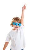 Kind mit den futuristischen lustigen blauen Gläsern glücklich Stockfotos
