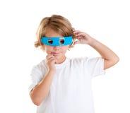 Kind mit den futuristischen lustigen blauen Gläsern glücklich Stockfotografie